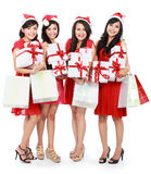 Glückliche lustige Leute mit Weihnachts-Sankt-Hut, der Geschenkboxen a hält stockfoto