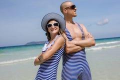 Glückliche lustige Paare auf dem Meer Stockbilder
