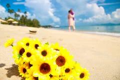 Glückliche Mädchen auf dem Strand-guten Freund stockfoto