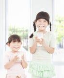 Glückliche Mädchen, die frische Milch anhalten Stockfotos