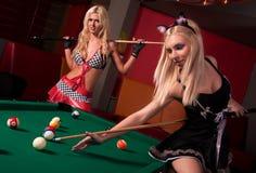 Glückliche Mädchen, die im Billiard spielen stockfotos