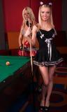 Glückliche Mädchen, die im Billiard spielen lizenzfreie stockfotos