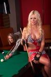 Glückliche Mädchen, die im Billiard spielen stockfoto