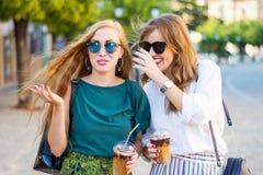 Glückliche Mädchen, die um die Stadt gehen stockfotos