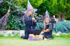 Glückliche Mädchen in Halloween-Kostüm mit Steckfassungskürbis Trick oder Festlichkeit stockfoto
