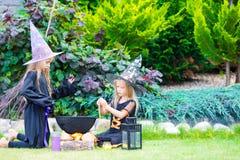 Glückliche Mädchen in Halloween-Kostüm mit Steckfassungskürbis Trick oder Festlichkeit lizenzfreies stockfoto