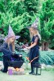 Glückliche Mädchen in Halloween-Kostüm mit Steckfassungskürbis Trick oder Festlichkeit stockbilder