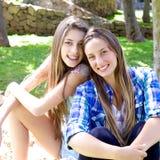 Glückliche Mädchen voll der Freude im Sommer beim Parklächeln lizenzfreies stockbild