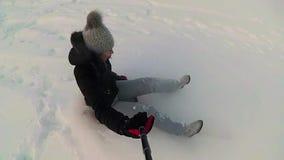 Glückliche Mädchenfahrten und lächelndes snowtube auf schneebedeckte Straßen Langsame Bewegung Schneewinterlandschaft Draußen Spo stock video footage