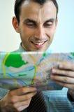 Glückliche Männer, die Karte anhalten Stockfotos