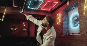 Glückliche Männer im Stangentanzen mit seinem Smartphone stock video footage