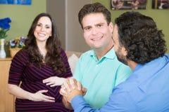 Glückliche männliche Paare mit Leihmutter Lizenzfreies Stockbild