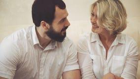 Glückliche männliche und weibliche Kollegen, die in der Zeitschrift schauen und Diskussion Innen stock video
