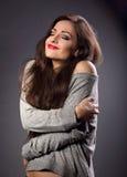 Glückliche Make-upfrau mit dem roten Lippenstift, der mit natura sich umarmt Stockfoto