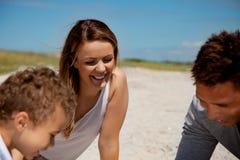Glückliche Mamma in einem Wochenenden-Masseverbinder mit Familie Lizenzfreies Stockbild