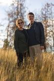 Glückliche Mamma und Sohn, die draußen in der Sonne lächelt Stockfotos