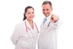 Glückliche Mediziner oder Doktoren, die Finger auf Ihnen zeigen Stockfotos