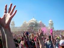 Glückliche Menge, die am Holi-Festival von Farben in der spanischen Gabel, Utah feiert stockbilder