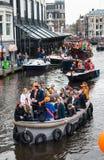 Glückliche Menschen auf Boot bei Koninginnedag 2013 Stockfoto