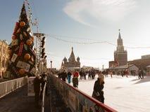 Glückliche Menschen an der Eisbahn im Freien, Moskau Stockfotografie