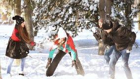 Glückliche Menschen, die im Schnee spielen stock footage