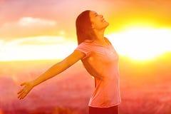 Glückliche Menschen - freie Frau, die Natursonnenuntergang genießt Lizenzfreies Stockfoto
