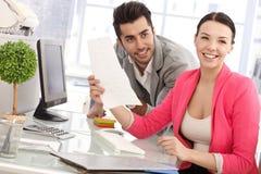 Glückliche Menschen im Büro Lizenzfreie Stockbilder