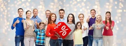 Glückliche Menschen mit dem Prozentzeichen, das sich Daumen zeigt Lizenzfreies Stockbild