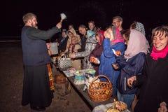 Glückliche Menschen während eines Nachtdienstes Dobrush, Weißrussland Lizenzfreies Stockfoto