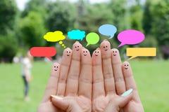 Glückliche menschliche Finger, die Feedback- und Kommunikationskonzept vorschlagen lizenzfreies stockbild