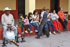 Glückliche mexikanische Familie, die Eiscreme genießt lizenzfreie stockfotografie