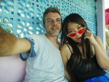 Glückliche Mischethniepaare beim Liebeslächeln nett mit hübschem kaukasischem Mann und schönen asiatischen der Chinesin, die  lizenzfreies stockbild