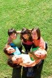 Glückliche Mischrassengruppe Stockbilder