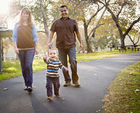 Glückliche Mischrennen-ethnische Familie, die in den Park geht Stockfotografie