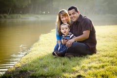 Glückliche Mischrennen-Familie, die für ein Portrait aufwirft stockfotografie
