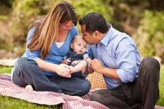 Glückliche Mischrennen-Familie, die im Park spielt Lizenzfreies Stockbild
