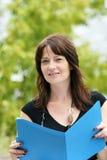 Geschäftsfrau mit einem Dateiordner Stockfotografie