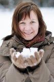 Glückliche Mittelalterfrau im Winter lizenzfreie stockfotos
