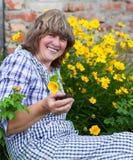 Glückliche moddle Greisin, die in ihrem Hinterhofgarten arbeitet Lizenzfreie Stockfotos