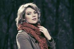 Glückliche Modefrau, die in Herbstwald geht Lizenzfreie Stockbilder