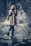 Glückliche Modefrau im klassischen Mantel gehend in Herbstwald Lizenzfreie Stockfotografie