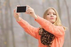 Glückliche Modefrau im Park, der selfie Foto macht Stockfotografie