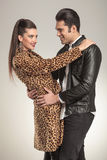 Glückliche Modepaare, die vertraulich stehen Lizenzfreie Stockbilder