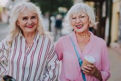 Glückliche moderne Großmütter verbringen Zeit zusammen lizenzfreie stockfotografie