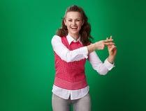 Glückliche moderne Studentenfrau, die hashtag Geste zeigt Stockfoto