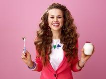 Glückliche modische Frau mit organischem Jogurt und Löffel des Bauernhofes Stockbilder