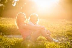 Glückliche Momente - Mutter und Tochter in der Natur Lizenzfreies Stockbild