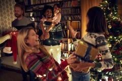 Glückliche multiethnische Freunde, die zusammen Weihnachten feiern lizenzfreies stockfoto