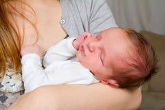 Glückliche Mutter anhalten neugeboren Stockbild