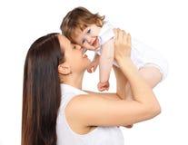 Glückliche Mutter des Porträts und Baby auf einem weißen Hintergrund, Familie, tende Lizenzfreie Stockfotografie